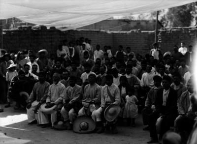 Campesinos que asisten a la reunión y conferencia sobre agricultura en Chipiltepec, Escuela Libre de Agricultura