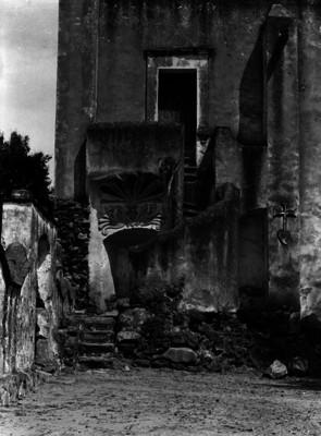 Muro y escaleras de un convento, vista parcial