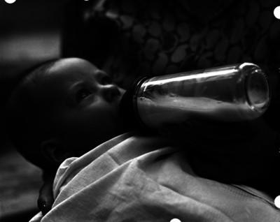 Niño con biberón
