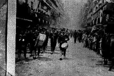 Marinos argentinos desfilan durante las fiestas del Centenario