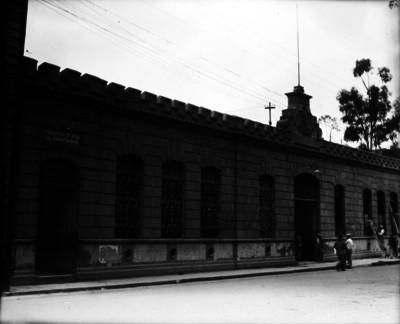 """""""Comisaria del Carmen"""", fachada y gente"""