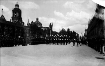 Militares y caballería desfilan durante la fiestas del Centenario