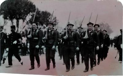 Marinos extranjeros participan en el desfile de los festejos del Centenario de la Independencia