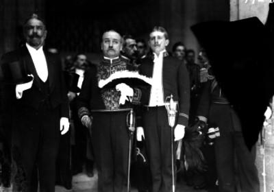 Embajadores y diplomáticos al salir de Palacio Nacional, retrato de grupo