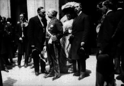 Francisco León de la Barra conversa con Enrique C. Creel al salir de Palacio Nacional