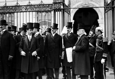 Federico Gamboa y Enrique Creel acompañados de funcionarios, abandonan Palacio Nacional
