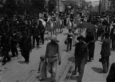 Militares y carro alegórico durante el desfile militar del Centenario