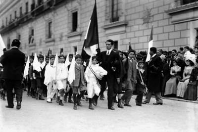 Escolares desfilan en la Plaza Constitución