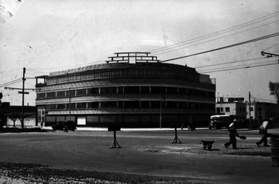 """Edificio de """"ALMACENES DE MAQUINARIA EN GENERAL"""", fachada"""