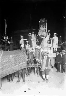 Carro alegórico en el desfile histórico del Centenario