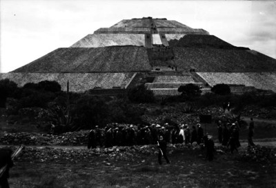 Miembros del Congreso de Americanistas visitando la zona arqueológica de Teotihuacán