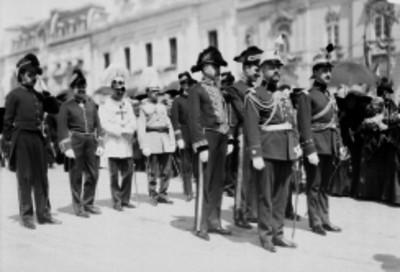 Desfile de la embajada española posterior a la devolución de las prendas de Morelos