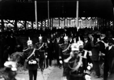 Porfirio Díaz, rodeado de su Estado Mayor, recorre las instalaciones de la exposición ganadera de San Jacinto