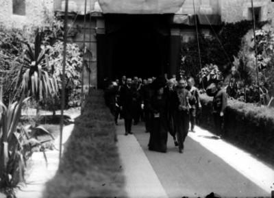 Porfirio Díaz acompañado de diplomáticos al entrar a un salón