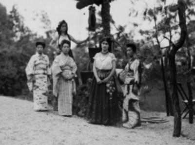 Mujeres con trajes típicos de Japón y México durante un evento de las Fiestas del Centenario
