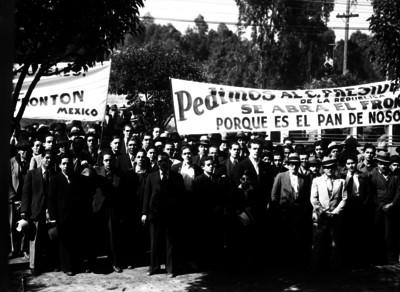 Hombres demandan se abra el frontón México