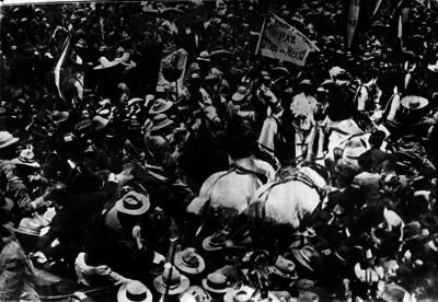 Francisco I. Madero a su paso por las calles de México