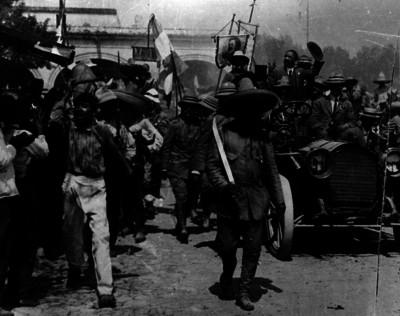 Emiliano Zapata camina delante del automóvil que transporta a Francisco I. Madero a su llegada a Cuernavaca