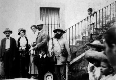Francisco I. Madero acompañado por su esposa Sara Pérez y partidarios maderistas