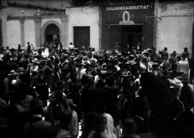 Manifestantes en apoyo a Madero recorren una calle