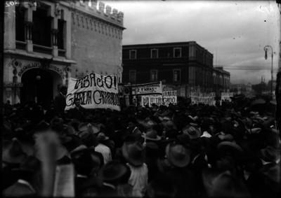 Manifestastantes en contra de García Granados avanzan por una calle