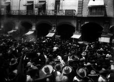 Francisco I. Madero presencia una manifestación de sus partidarios