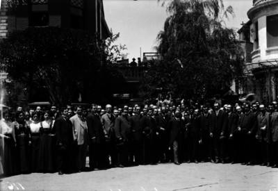 Francisco I. Madero acompañado de partidarios en su casa, retrato de grupo