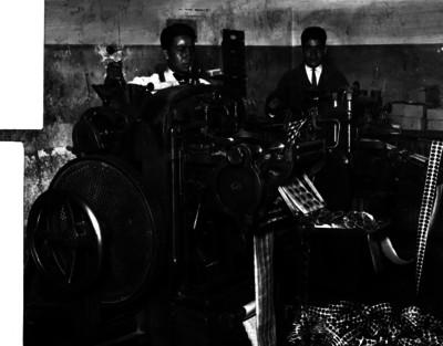 Trabajadores manejan máquina de acuñación en la Casa de Moneda
