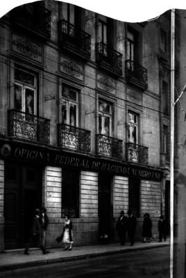 """Gente camina frente a """"Oficina Federal de Hacienda Número Uno"""""""