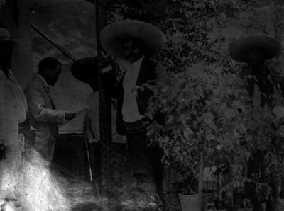 Francisco I. Madero conferenciando con Emiliano Zapata