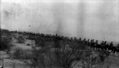 Tropas orozquistas cabalgan a campo traviesa