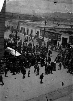 Ejército federal pasa por una calle a su entrada a la ciudad de Chihuahua