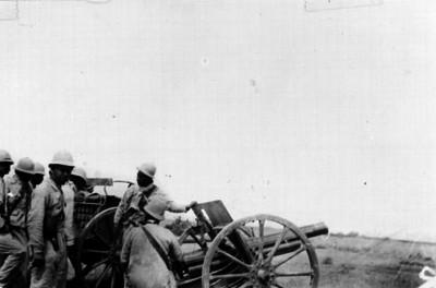 Soldados artilleros en campaña