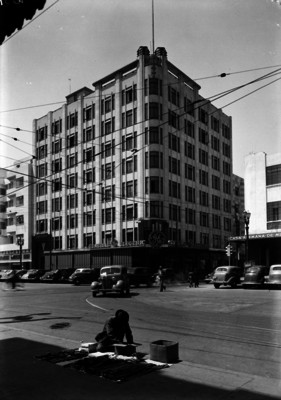 """Venderor ambulante frente al edificio de la empresa """"General Electric"""""""