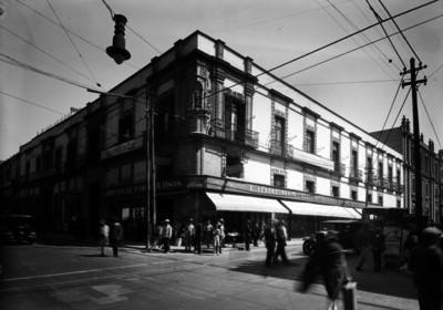 """Gente camina frente al edificio """"Porrúa Hermanos"""", esquina Argentina y Justo Sierra"""