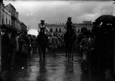Alberto Braniff encabeza un desfile con sus voluntarios