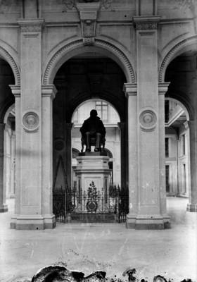 Escultura sedente de Benito Juárez a la entrada de edificio público