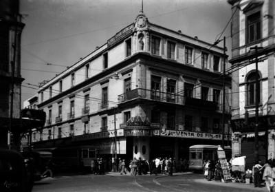 """Gente camina frente a edificio de """"Joyería la Princesa"""""""