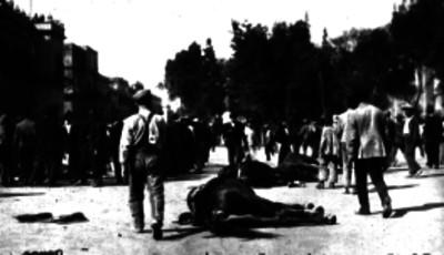 Hombres caminan cerca de un caballo muerto tras los combates frente a Palacio Nacional