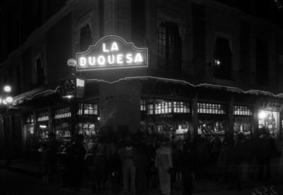 """Gente posa frente a la """"Joyería La Duquesa"""", toma nocturna"""