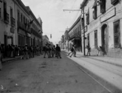 Ejército federal se conduce por una calle de la ciudad de México