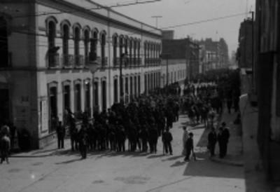 Ejército federal en la calle de Independencia