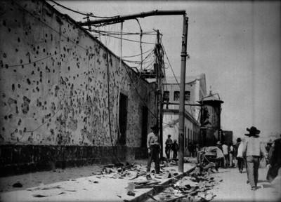 Casa, poste y control de luz dañados por combates durante la Decena Trágica