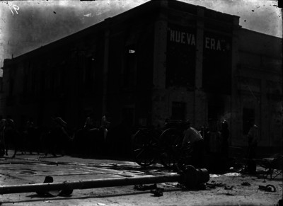 """Bomberos y militares fuera del edificio del periódico """"Nueva Era"""" incendiado durante la Decena Trágica"""