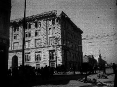 """Gente camina en la calle de Balderas junto al edificio de la """"Asociación Cristiana de Jóvenes"""""""
