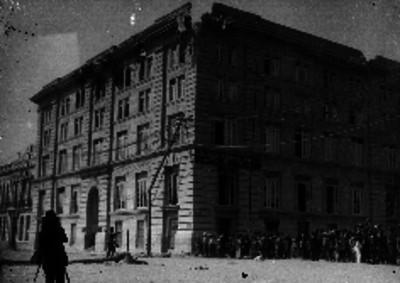 """Fotógrafo frente al edificio de la """"Asociación Cristiana de Jóvenes"""" tras los ataques durante la Decena Trágica"""
