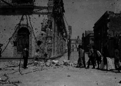 Personas caminan en la Avenida Juárez tras los efectos del bombardeo