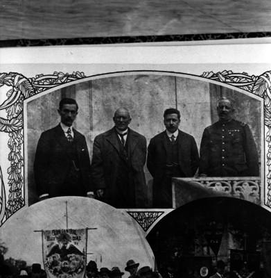 Victoriano Huerta acompañado de Manuel Mondragón, Félix Díaz y Aureliano Blanquet en el pasillo de edificio, reprografía bibliográfica