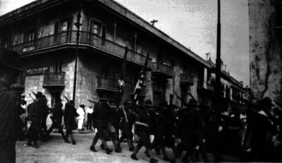 Fuerzas norteamericanas desfilan por una calle de Veracruz