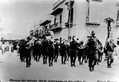 Banda de guerra norteamericana desfila por las calles de Veracruz